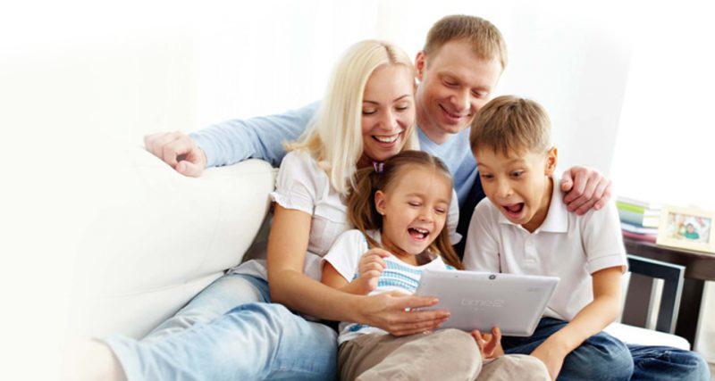 Glad familie med WiFi